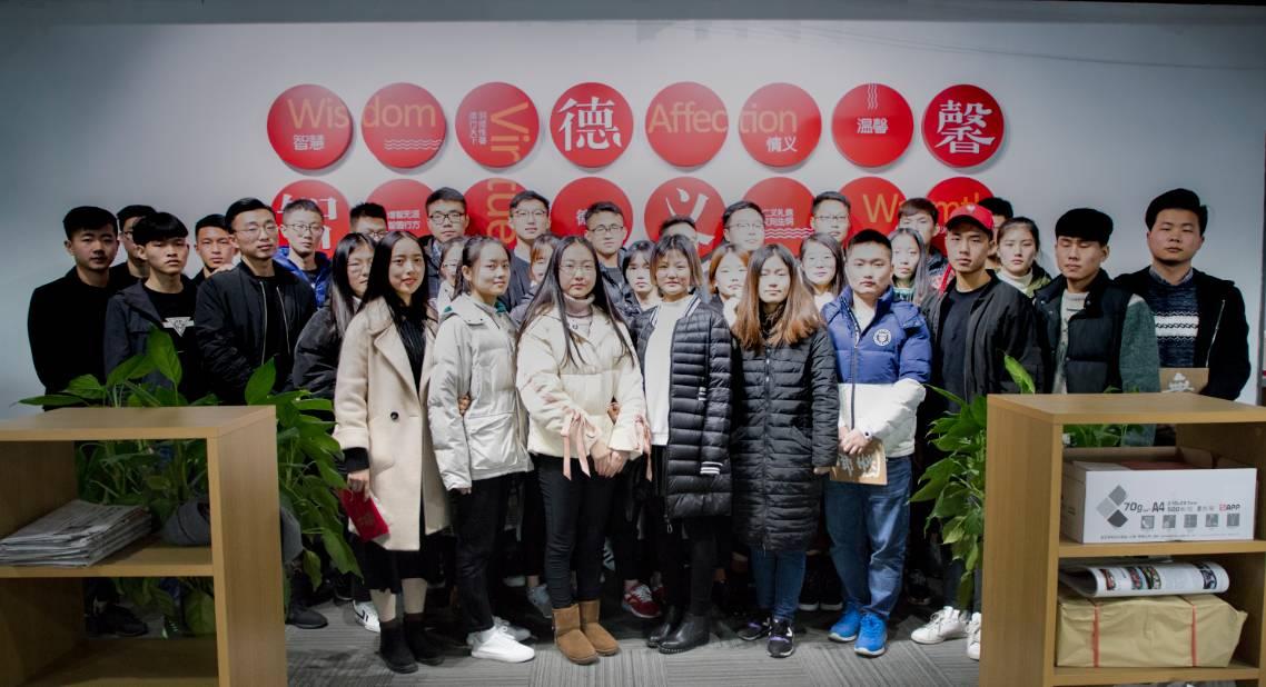 常州纺织服装职业技术学院经贸学院16级营销专业的优秀学生,走进峰度控股集团进行实习培训。